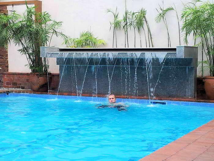 wasserfall beim pool im paco park oasis hotel manila