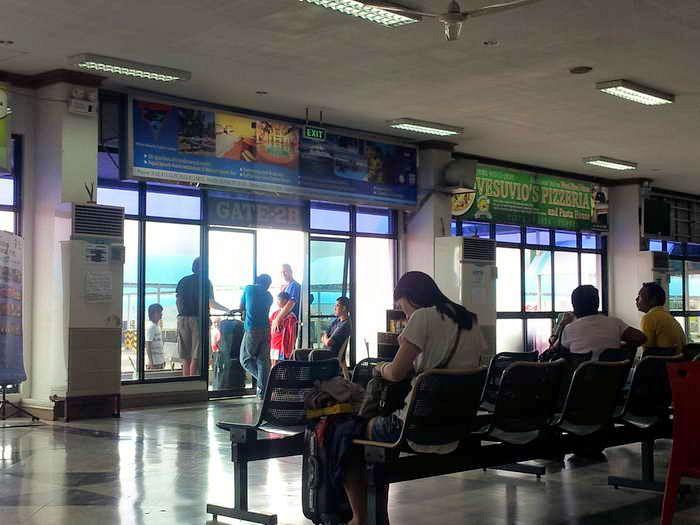 Wartehalle beim Pier in Batangas