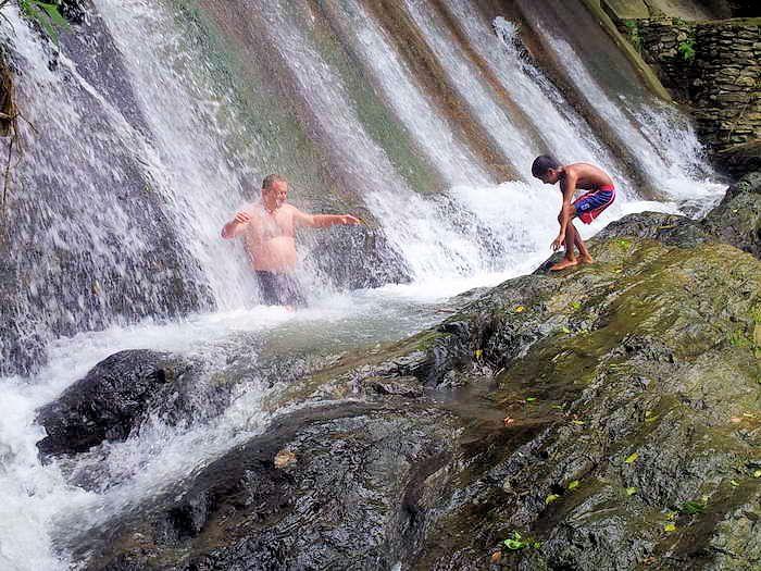 eine frische dusche bei den trip to Tamaraw Falls