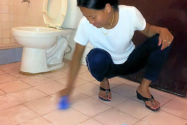 cleaning-bathroom